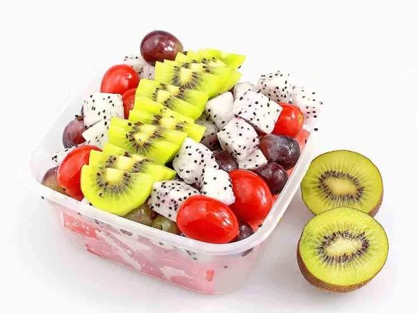 水果店老板把各种水果混在一起卖,10块钱一斤,生意好到人挤人